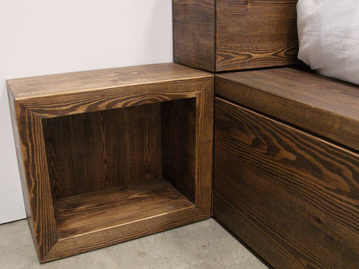 Cama doble de madera con cajones carpinter a basora for Mesitas de noche colgadas pared