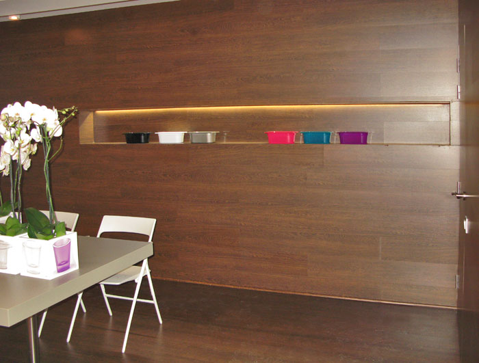 pared con revestimiento madera y estante integrado